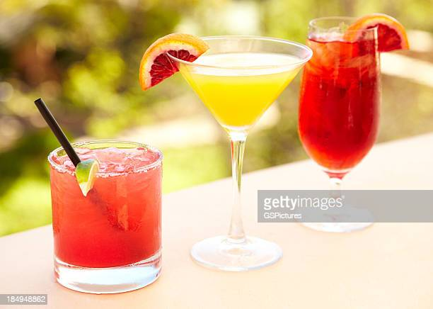 Trois cocktails au bar en plein air