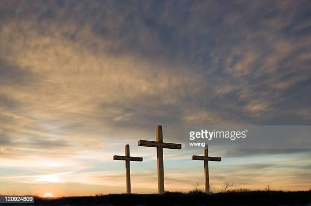 Drei Kreuze auf Karfreitag mit Sonnenuntergang und Kopieren.