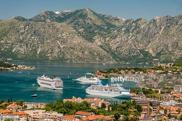 Drei Kreuzfahrtschiffe in vor Kotor Hafen,