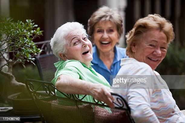 Trois femmes âgées rire sur la terrasse