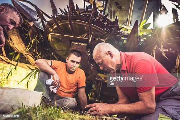 Drei Landwirte ändern teilweise auf einer Mähdrescher