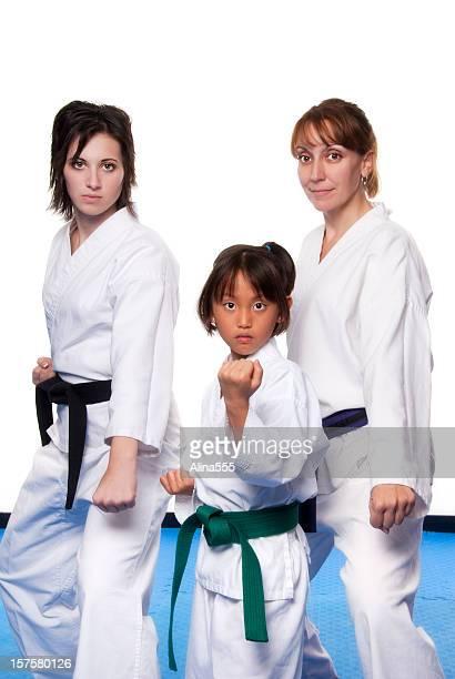 Trois femmes dans les arts martiaux uniformes