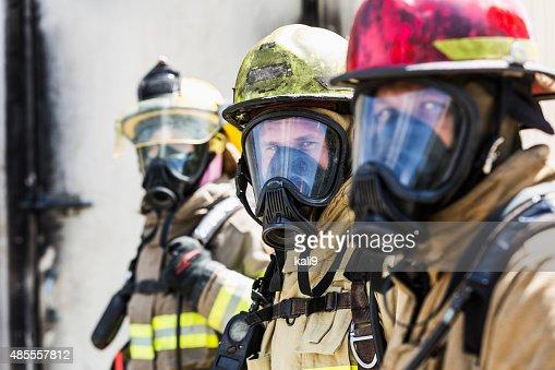 Drei Feuerwehrleute mit Sauerstoff Masken