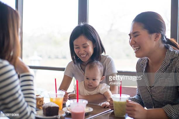 3 つのご友人とご一緒に、カフェの赤ちゃん