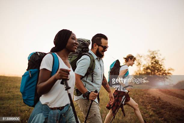 Drei Freunde Wandern zusammen.