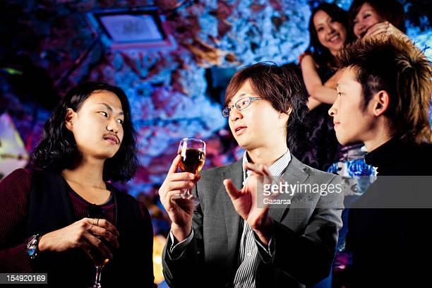 Trois amis au nighclub