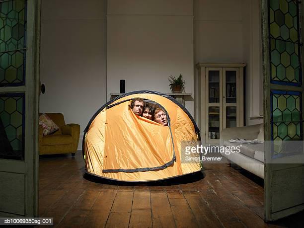 Trois amis donnant de tente dans la salle de séjour
