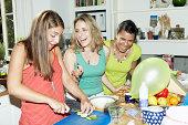 Drei Freunde, die Zubereitung von Speisen für die party