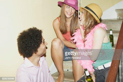 3 つの階段で会話をする、ご友人とのパーティ : ストックフォト