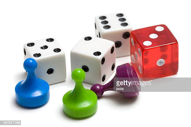 Drei Spielsteine und vier Würfel