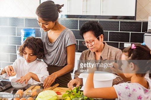 Trois génération famille asiatique cuisine saine ensemble : Photo
