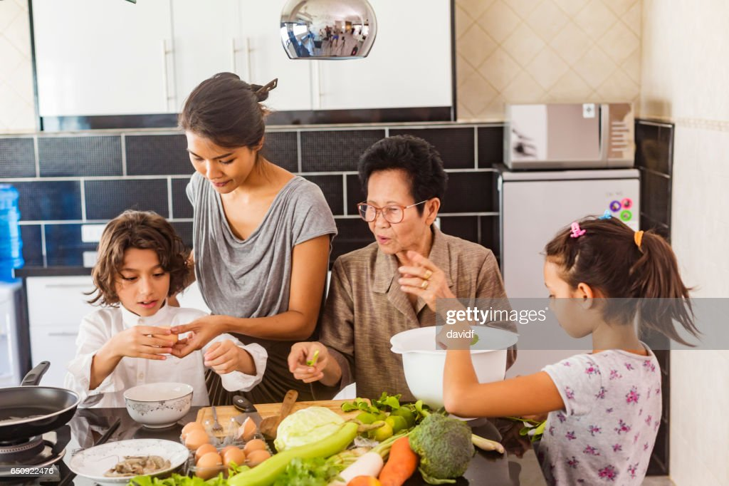 Three Generation Asian Family Cooking Healthy Food Together : Stock-Foto