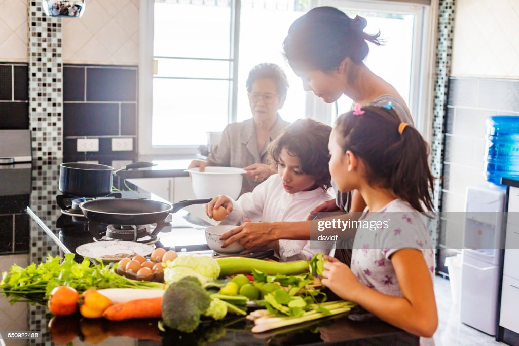 Three Generation Asian Family Cooking Healthy Food Together : ストックフォト