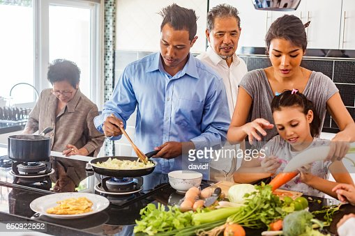 Three Generation Asian Family Cooking Healthy Food Together : Stockfoto