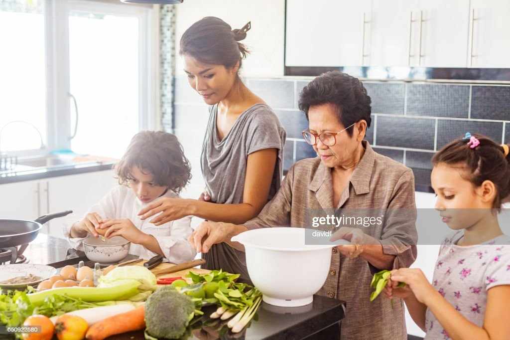 Three Generation Asian Family Cooking Healthy Food Together : Bildbanksbilder
