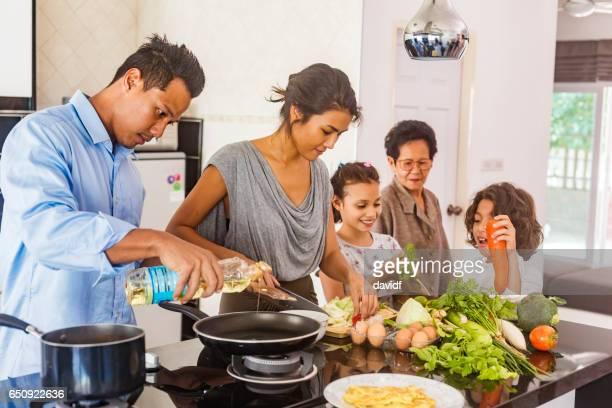 Drie generatie Aziatische familie koken gezonde voeding samen