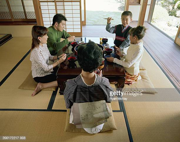 3 つの世代の家族のお食事のお食事や、話す、ワンランク上の眺め