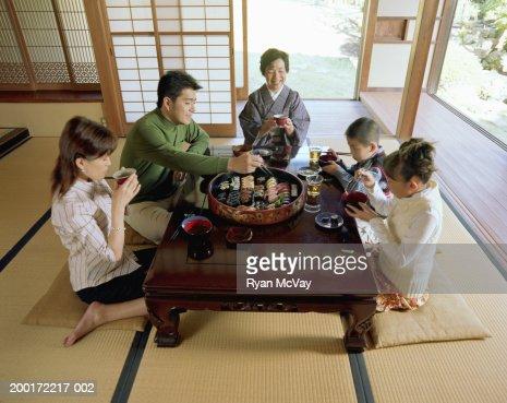 Geração de três família comer sushi, elevação vista