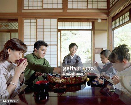 Geração de três família comer sushi