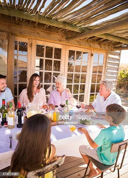 3 つの世代の家族ご一緒に屋外のお食事をお楽しみいただけます。