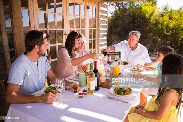 3 つの世代の家族のお集まり、夏のお食事を