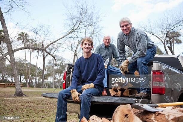薪の 3 つの世代の家族のお集まり