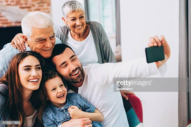 Tres generaciones familia tomando autofoto