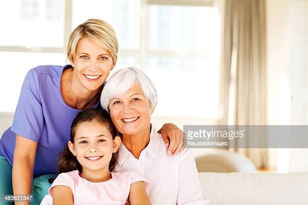 Drei Generation von Frauen Lächeln zusammen im Wohnzimmer