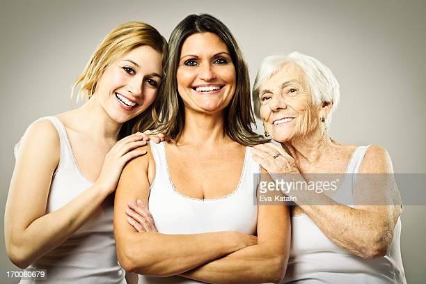 Tres generaciones de retrato de una familia Alegre