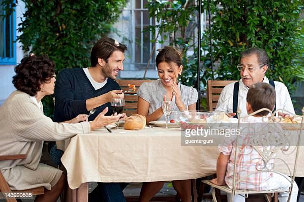 Drei Generationen einer Familie Essen im Garten