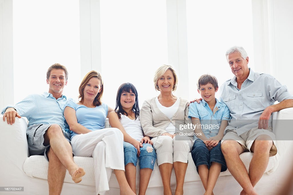 l chelnd drei generational familie sitzt auf sofa zusammen stock foto getty images. Black Bedroom Furniture Sets. Home Design Ideas