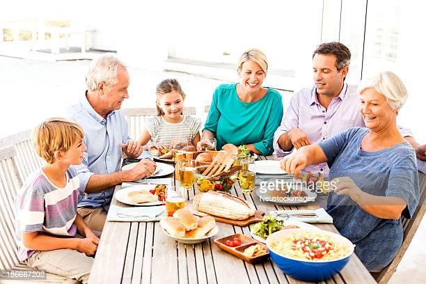 3 つの世代の家族のお楽しみになりながら、屋外での昼食