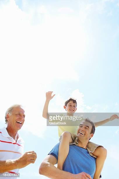 Três gerações de homens a desfrutar ao ar livre