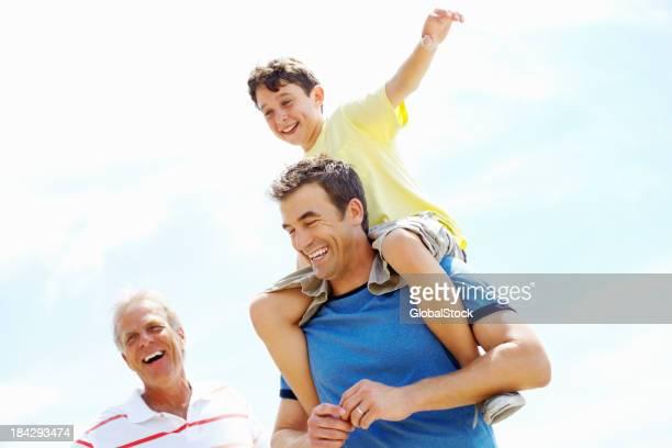 Três gerações de pessoas a divertir-se