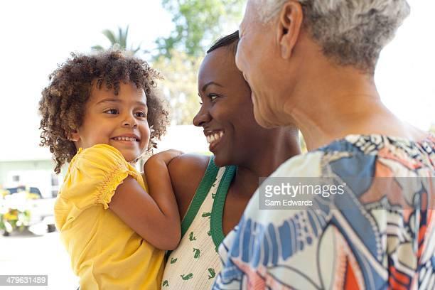 Trois générations de femmes rencontres en plein air