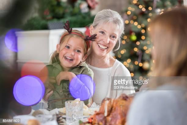Drie generaties vrouwen genieten van kerstdiner