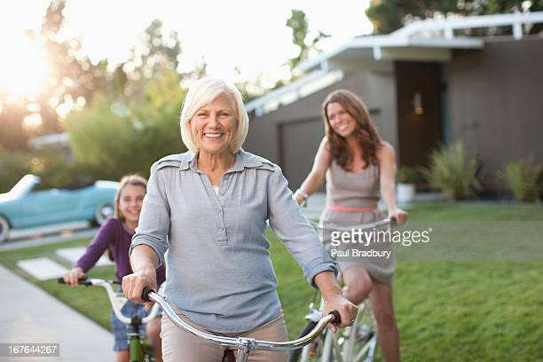 Drei Generationen von Frauen auf Fahrrädern