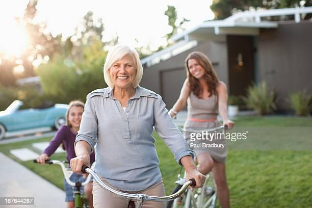 Tre generazioni di donne biciclette equitazione