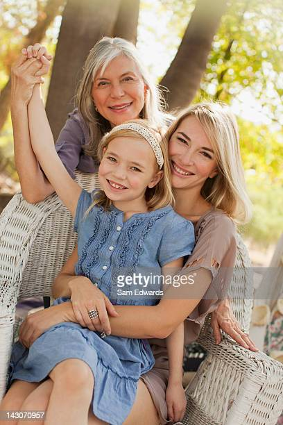 Drei Generationen von Frauen sitzen zusammen