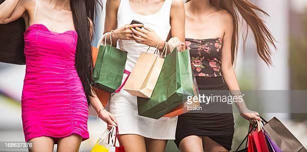 Drei Mädchen shopping