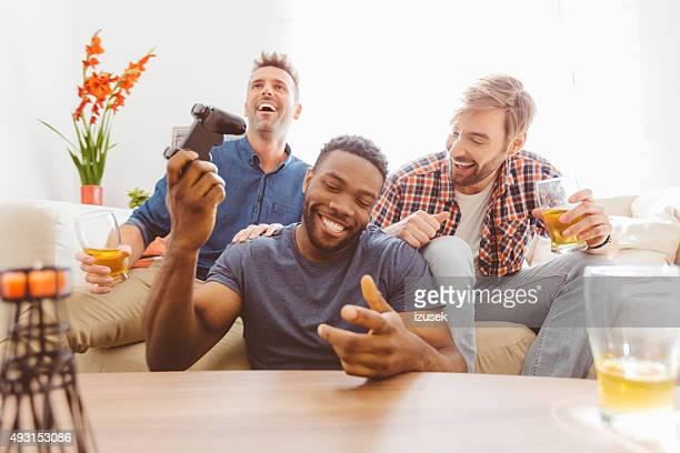 Três rapazes Jogando jogos de vídeo