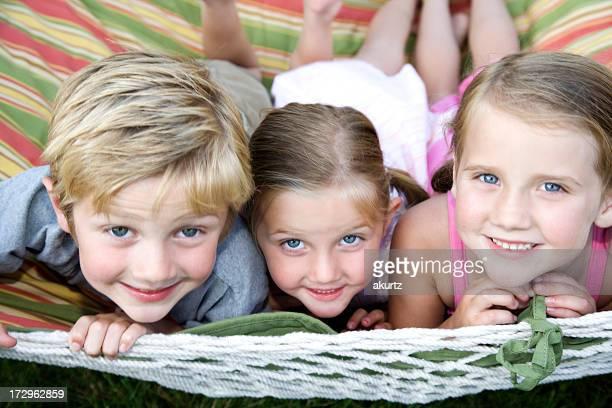 Drei glücklich niedlichen Kinder im Freien