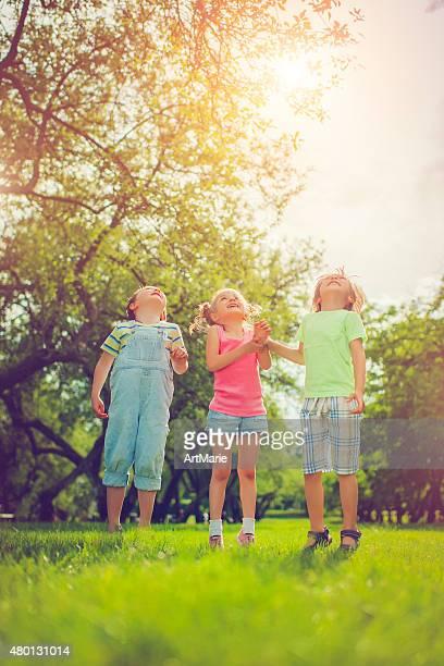 Drei glückliche Kinder im Sommer