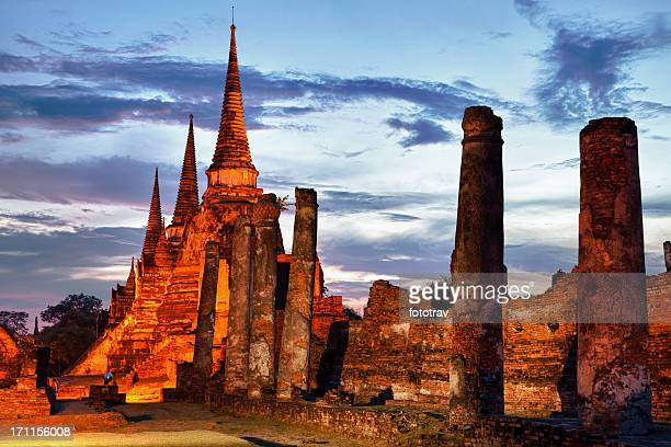 Drei beleuchtete Pagoden im Wat Phra Si Sanphet-Tempel, Ayutthaya, Thailand