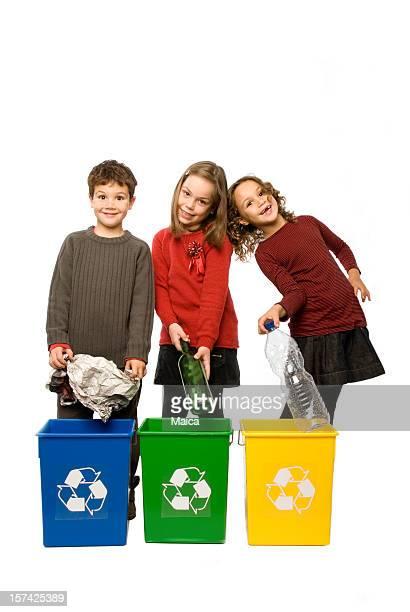 Tres niños de reciclaje