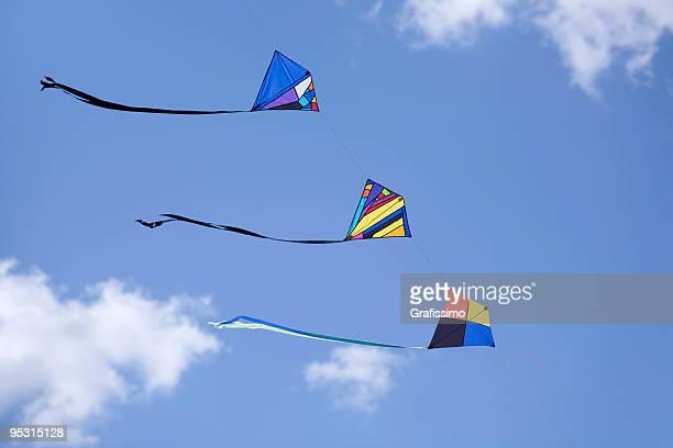 Trois kites dans une rangée