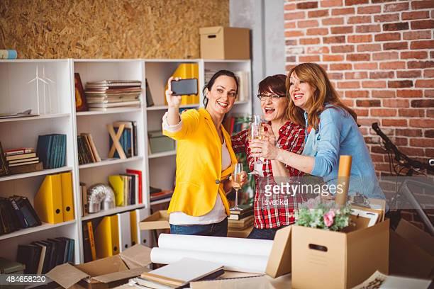 Trois femme d'âge mûr dans nouveau bureau.