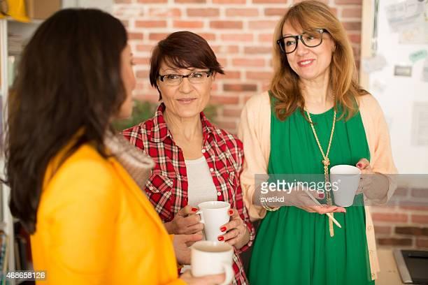 Drei Reife Frau arbeitet im Büro.