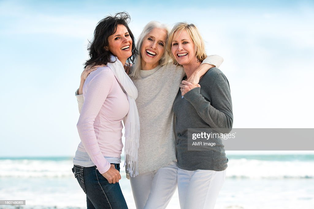 Três Mulheres Maduras sorridente grande : Foto de stock