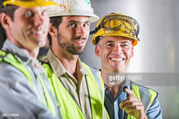 Drei Männer trägt hardhats, Westen und Sicherheit Gläser